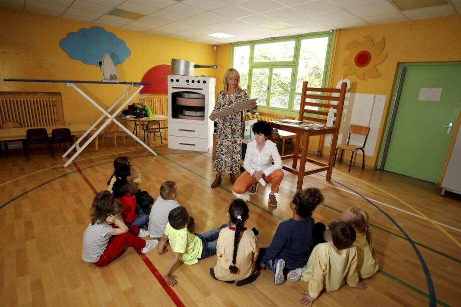 Les élèves de grande section de l'école maternelle Jean-Macé testent la « Maison géante ».