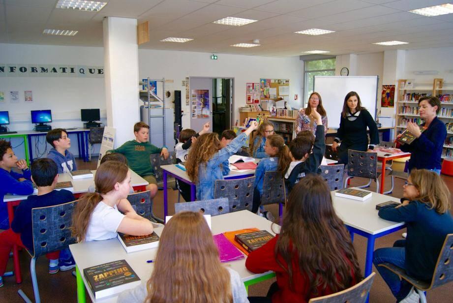 Les élèves débattent avec conviction sous la direction bienveillante de leurs enseignantes et de Madame Gauthier de la médiathèque de la ville.