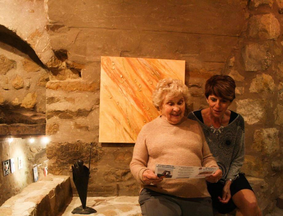Maryse Neukirsch (à gauche) et Martine Brun présente la nouvelle saison d'expositions à Berre-les-Alpes.
