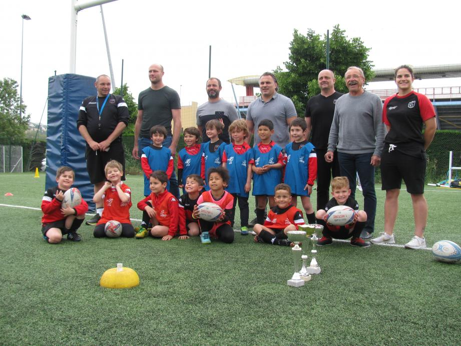 Julien Bonnaire, Jean-Baptiste Elissalde, Sébastien Bruno et Jacques Brunel avec les jeunes et le staff du Stade Niçois pour cette visite surprise.