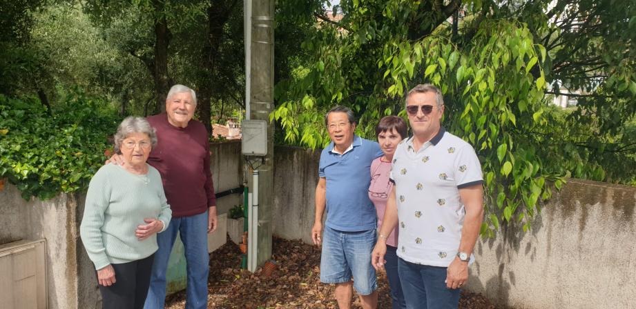 Les époux Rubino, Kato et Laurent Pichot (de gauche à droite) estiment être «les parents pauvres » du quartier Saint-Jacques, où la fibre est largement présente. Une question de quelques mois, selon l'opérateur Orange.