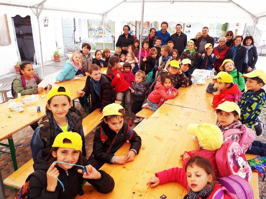 Les enfants des deux villages, entourés de leurs instituteurs et institutrices, avec Oliva Giacomo représentant la commune de Triora, et Pierre-José Gaglio, adjoint au maire et Robert Alberti, conseiller municipal à La Brigue.
