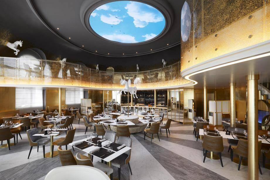 Un ciel bleu circulaire, traversé de nuages blancs et d'oiseaux, trône au-dessus de la nouvelle Rotonde, brasserie chic de l'hôtel Negresco.