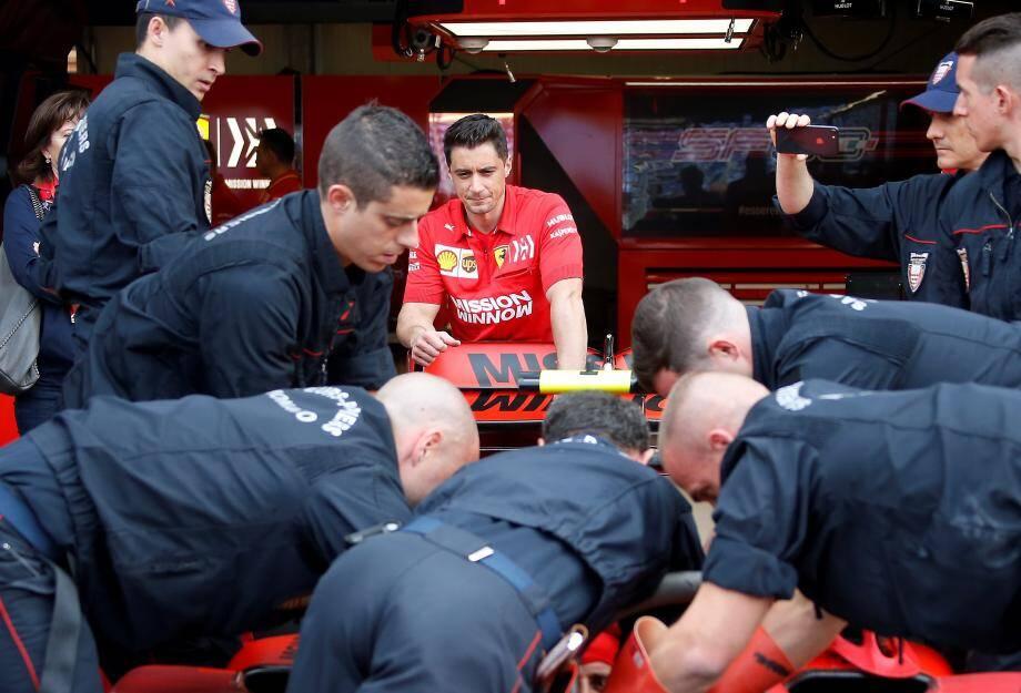La monoplace de Charles Leclerc sous étroite surveillance des hommes en rouge de Ferrari. D'autant plus à la veille des premiers essais libres.