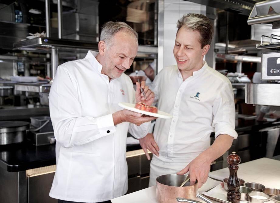 Yoric Tièche, le chef des cuisine du Grand Hôtel reçoit le chef triplement étoilé : Christian le Squer. (DR)