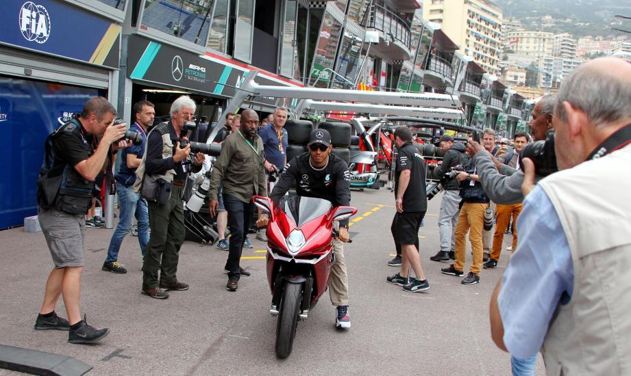 Lewis Hamilton (chevauchant ici sa MV Agusta F4, hier sur la pit lane) totalise cinq couronnes mondiales et deux victoires à Monaco, comme un certain Fangio. L'étoile britannique de Mercedes passera-t-elle la troisième en Principauté ce dimanche ?
