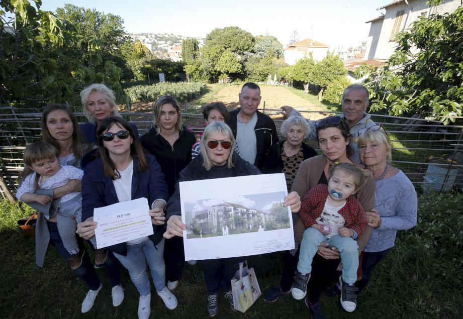 Une partie des opposants au projet d'immeuble du 275 avenue des Plans avec la pétition.