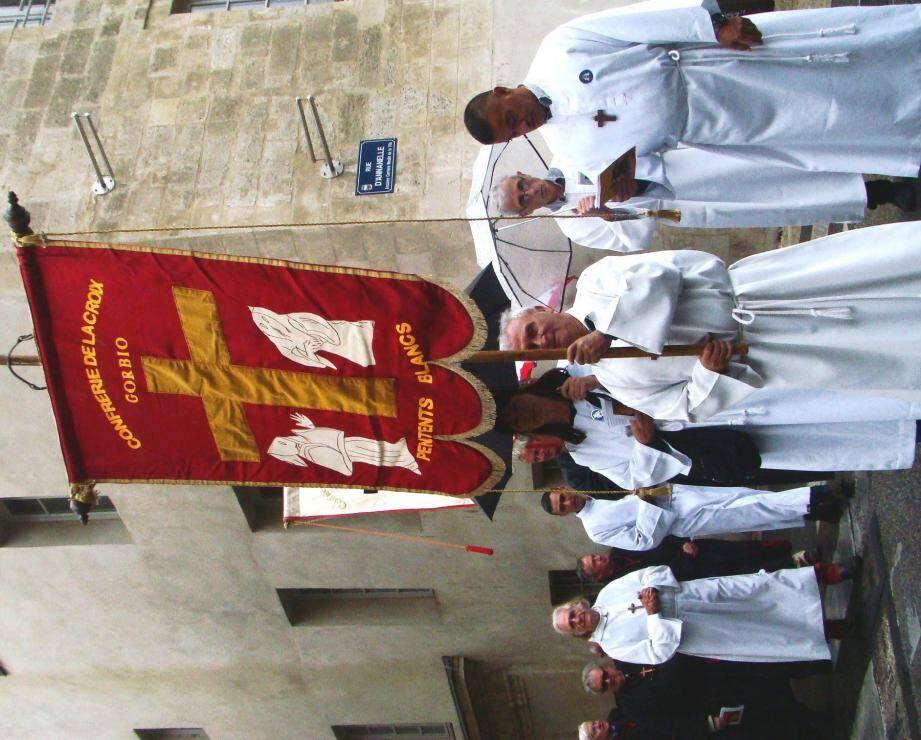 Les Pénitents blancs de Gorbio ont participé à la grande Maintenance en Avignon. (DR)