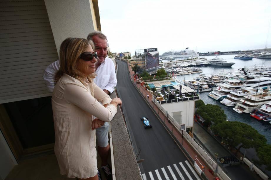 Catherine et Thierry ont déboursé 300 euros par personne pour passer la journée du jeudi sur cette terrasse dominant le port Hercule. Loin des 2.500 euros du dimanche.