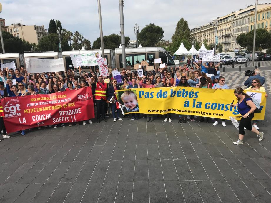Près de 200 professionnels de la petite enfance se sont mobilisés, hier matin, contre la réforme du gouvernement.