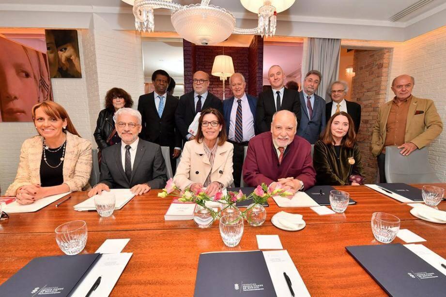 La Princesse de Hanovre entourée des membres du Conseil littéraire.