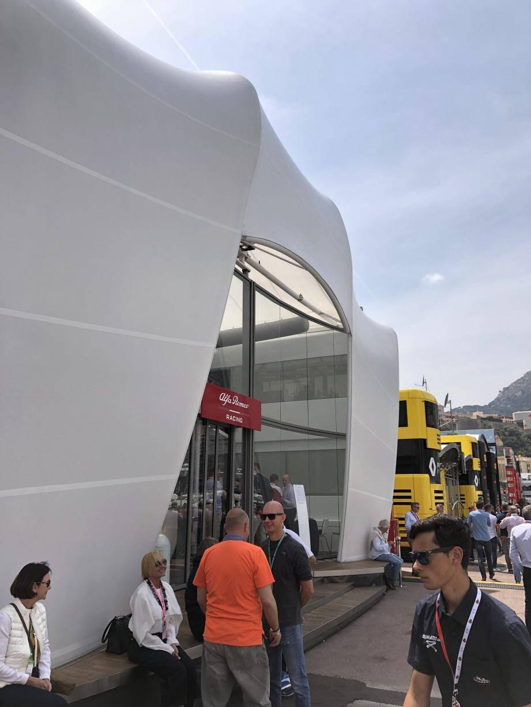 Les motorhomes d'Alfa Romeo (au premier plan) puis de Renault (en jaune derrière).