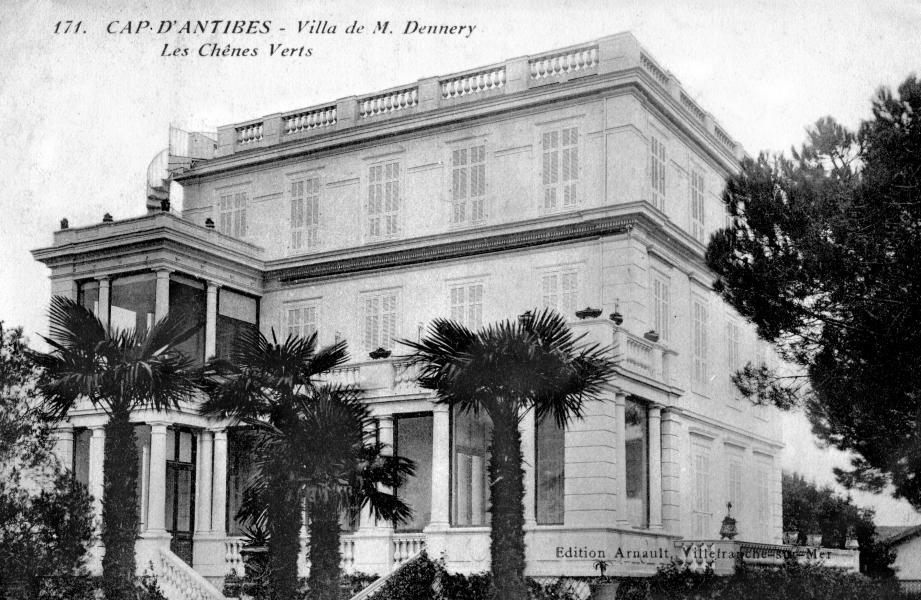 Cette carte postale ancienne donne un aperçu de la villa Les Chênes Verts dans sa version originelle, celle que connurent ses hôtes célèbres, un bâtiment qui ne manquait pas de charme dans un cadre exceptionnel.