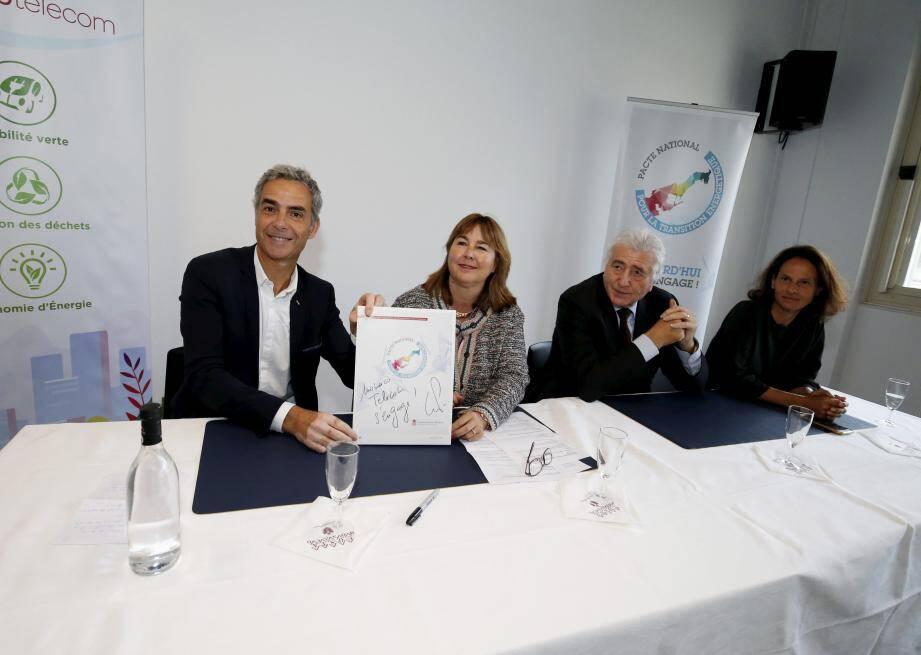 Marie-Pierre Gramaglia et Martin Perronet ont signé le pacte, sous le regard du président de Monaco Telecom, Etienne Franzi, et d'Annabelle Jaeger-Seydoux, directrice de la mission énergétique.