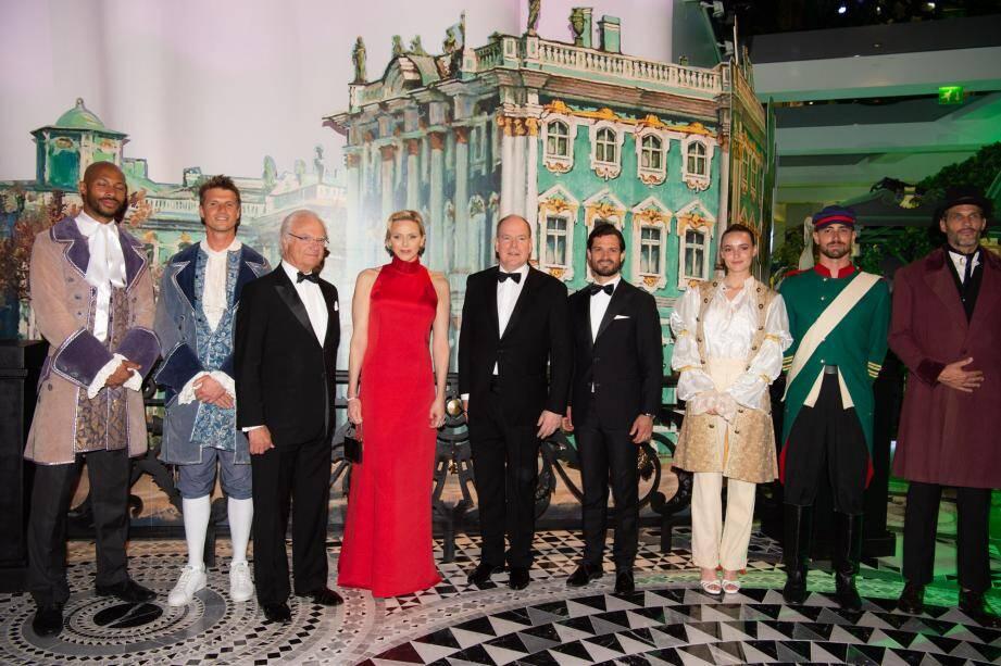Autour du couple princier, le roi Carl XVI Gustaf et son fils Carl Philip