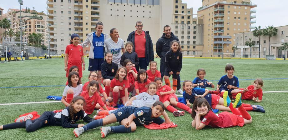 Mélissa Plaza (en bleu), accompagnée des dirigeants de l'ASM FF et des jeunes footballeuses.