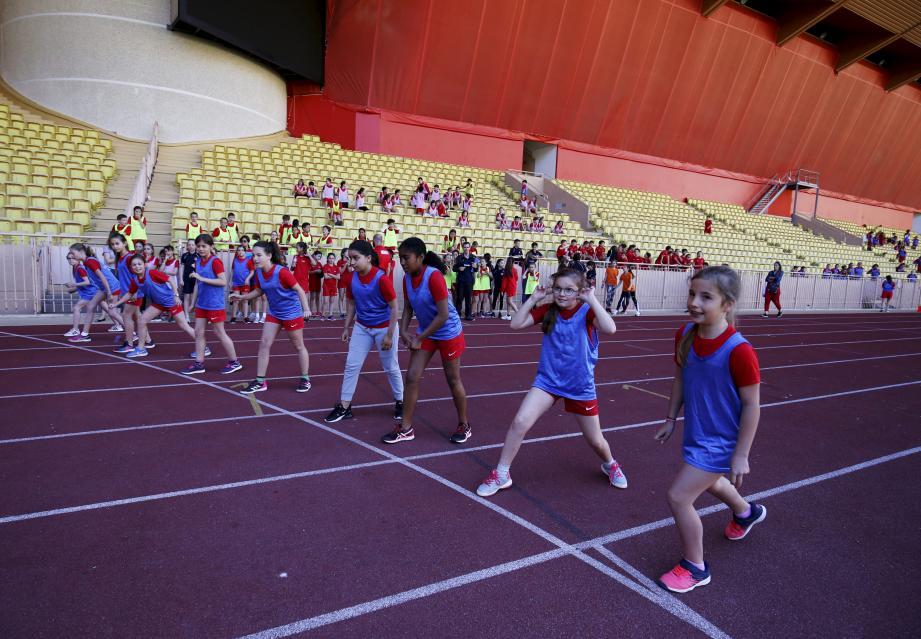 Les jeunes filles de l'école Saint-Charles se préparent au départ de l'épreuve du 600 mètres.