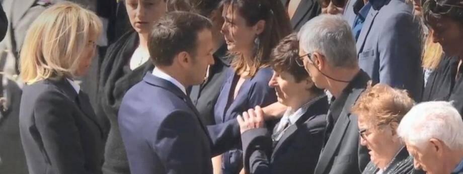 Emmanuel Macron et la mère d'Alain Bertoncello le 14 mai 2019 aux Invalides.