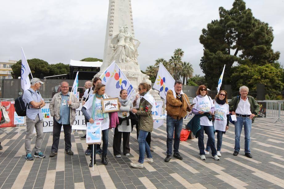 Une quinzaine de manifestants était rassemblés ce samedi sur le parvis du théâtre de Verdure.