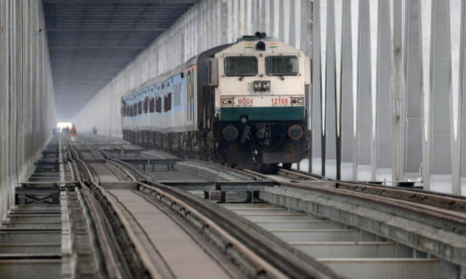 Illustration: un train de voyageurs en Inde, le 22 mars 2019 sur le pont de Bogibeel.
