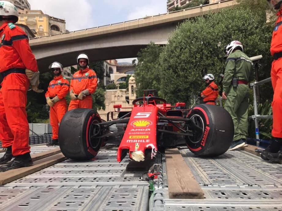 Le nez de la Ferrari est cassé.