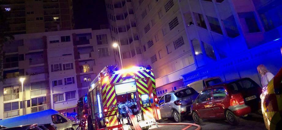 Le feu a pris au dernier étage de la résidence L'Albâtre, ce vendredi soir à Toulon.