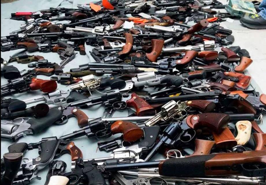 Les policiers ont découvert des fusils semi-automatiques, de chasse ou à pompe, revolvers et pistolets de différents calibres.