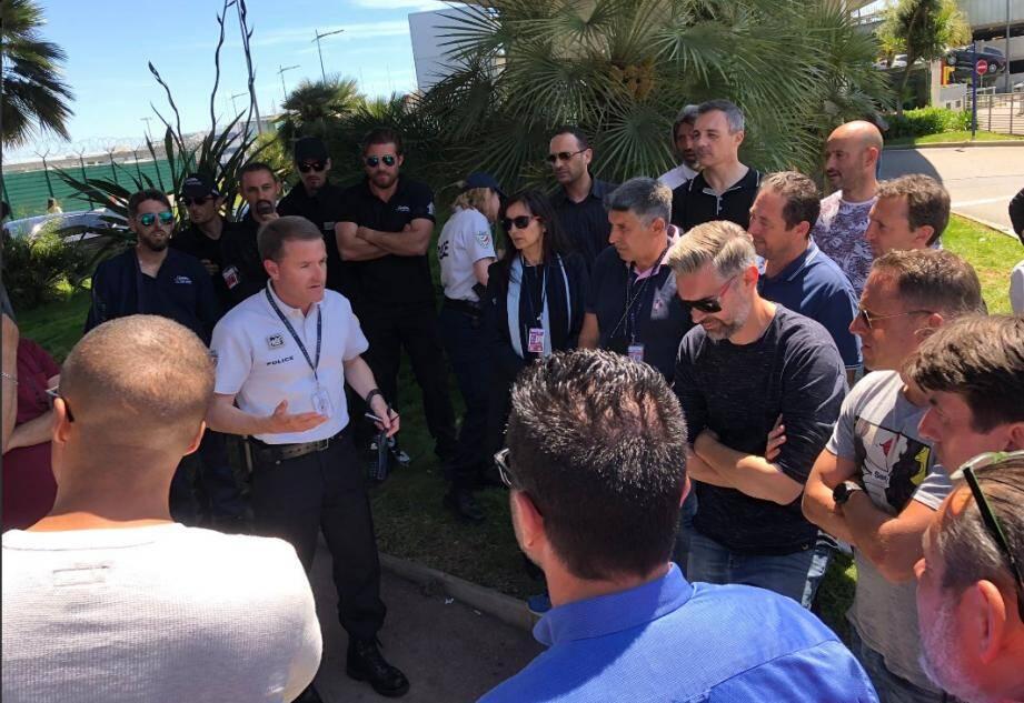 Le directeur départemental de la police aux frontières des Alpes-Maritimes, Jean-Philippe Nahon, est venu en personne expliquer les annonces du préfet dès A.-M., aux taxis niçois rassemblés à l'entrée du terminal