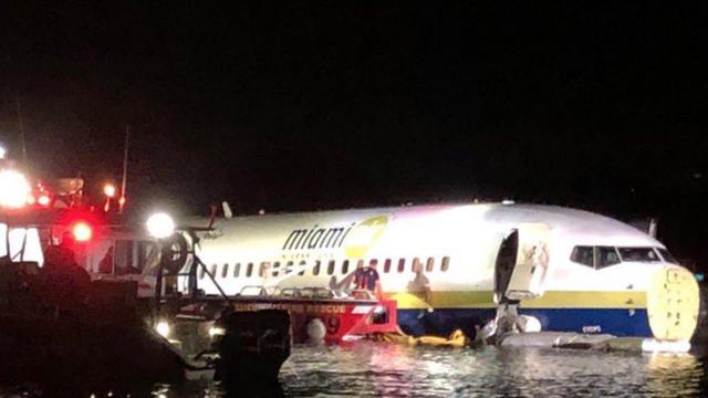 Le Boeing a fini sa course dans un cours d'eau.