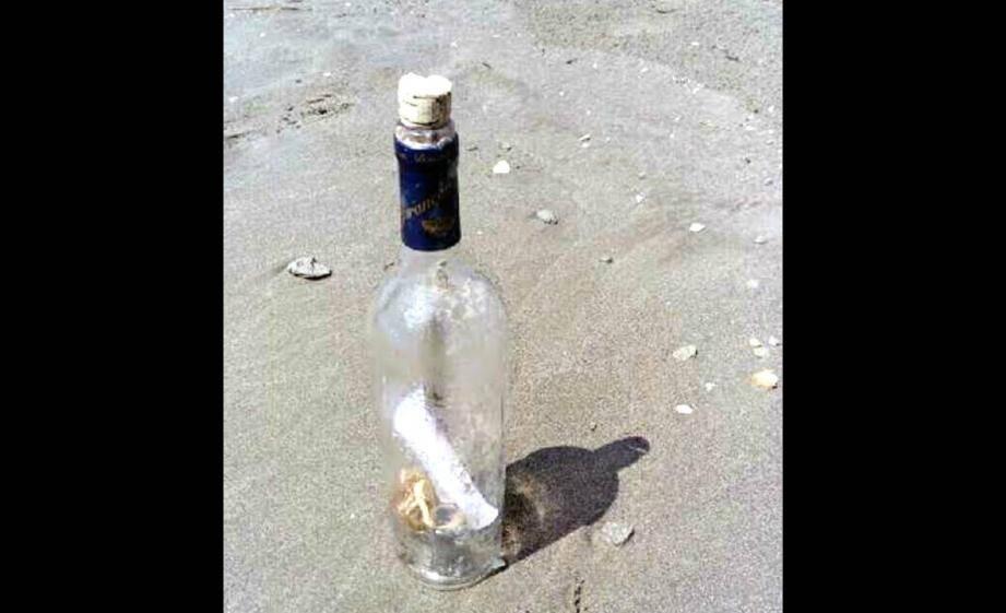 La bouteille a été retrouvée sur une plage de Camargue.