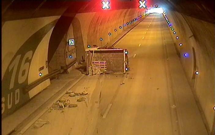 Le camion s'est renversé dans le tunnel de la Coupière.