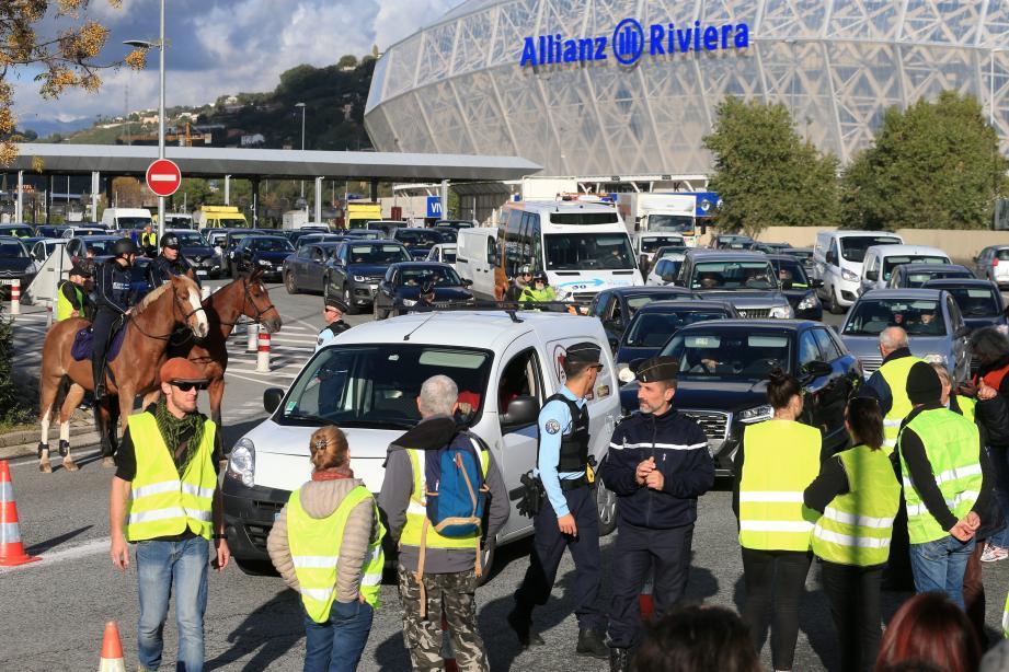 """Les """"gilets jaunes"""" avaient organisé une opération de blocage sur l'A8. Quand les gendarmes ont voulu procéder à un contrôle, tout a dérapé."""