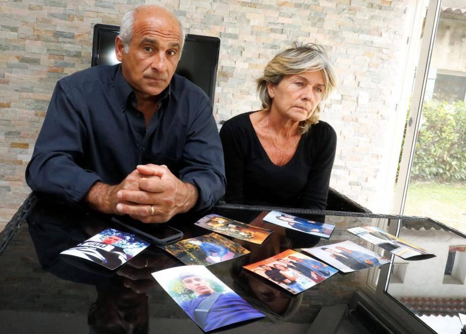 Franck et Joëlle Ribal devant des portraits de leur fils, Kévin.