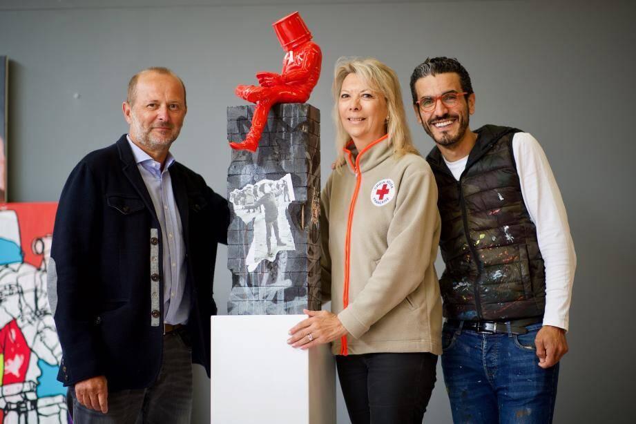 Autour de la présidente de la Croix-Rouge Marika Roman, Denis Boutillot-Cauquil et David David présentent la pièce unique créée pour l'occasion.