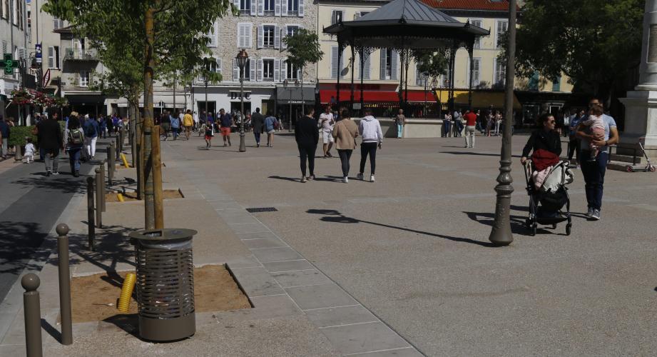 La nouvelle Place Nationale manque cruellement de bancs selon nos lecteurs.