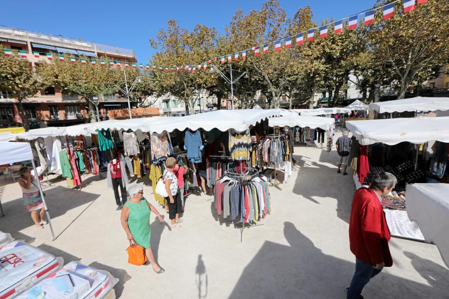 Le marché textile du vendredi matin, place du Grand-Jardin.