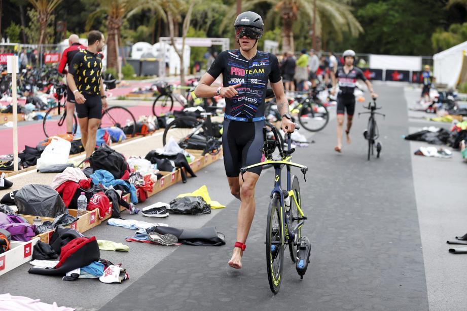 Pas le temps de lambiner dans le parc à vélo lors de la transition vélo-course à pied.