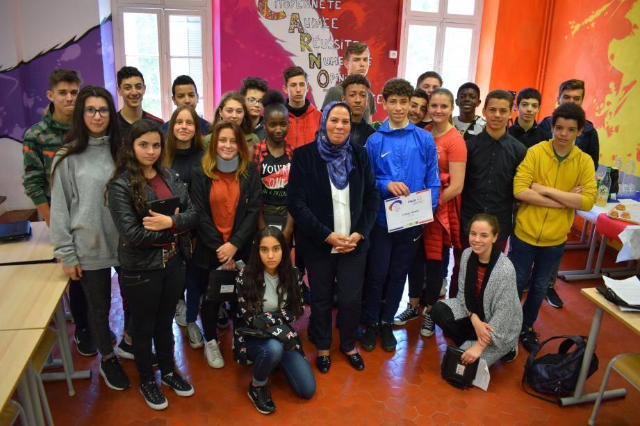 Les élèves de troisième entourent Latifa Ibn Ziaten, venue pour la seconde fois au collège Carnot.