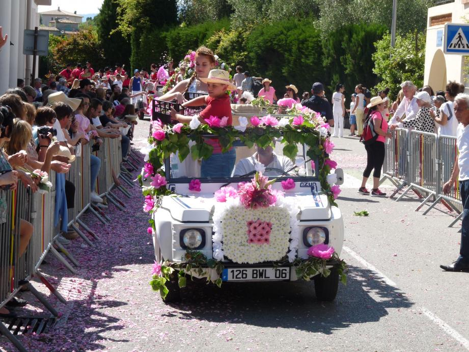 Chaque année, les chars fleuris, transportant la Miss et ses dauphines, défilent autour du pré de Plascassier. Un spectacle qui réunit des centaines de spectateurs venus admirer les décorations et faire le plein de fleurs.