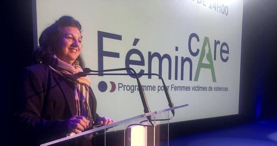 Michelle Blain, présidente d'Horizon Multimédia, au micro du colloque des violences faites aux femmes pour les professionnels de santé, mardi au Palais des congrès de Juan.