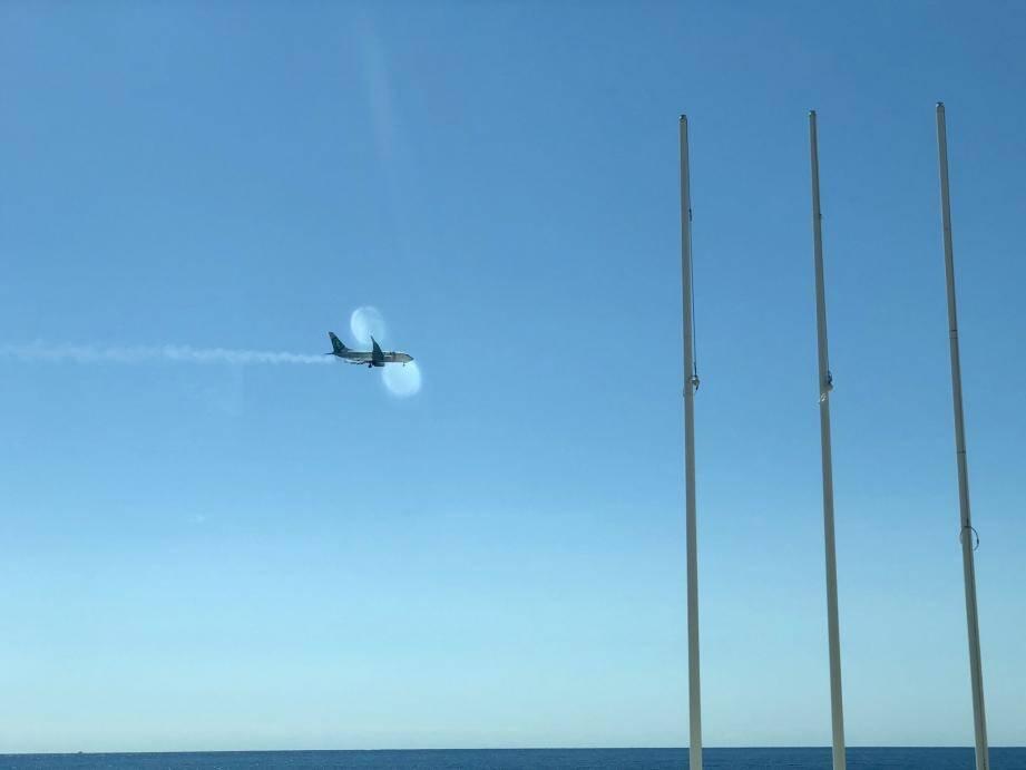 Ce cliché posté sur Twitter montre une traînée blanche dans le sillage de l'avion, lors du survol de la baie des Anges.