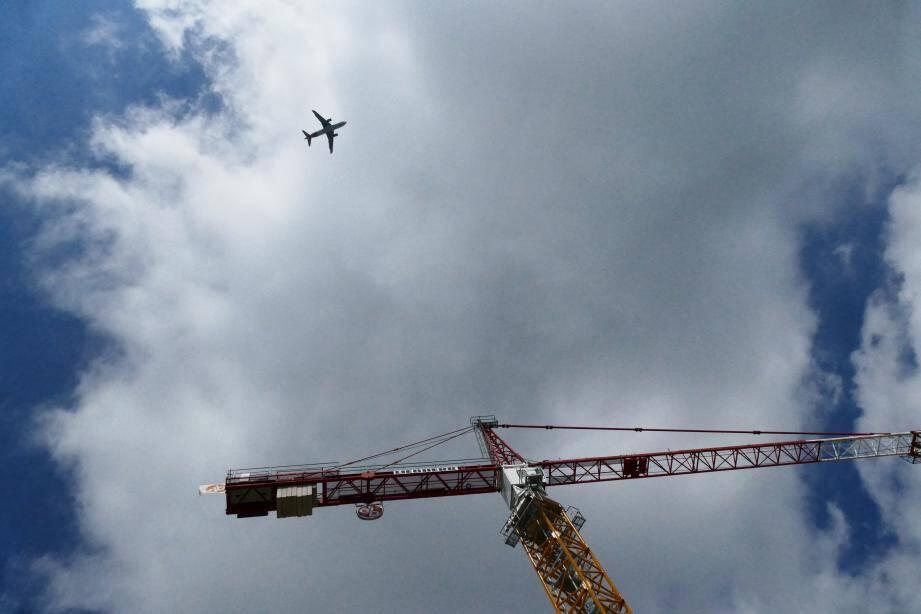 Vol au dessus de la Ville d'Antibes. Impossible de faire autrement pour les avions qui s'apprêtent à atterrir à Nice. Une panne des système de guidage a empêché depuis une semaine la mise en place du contournement.