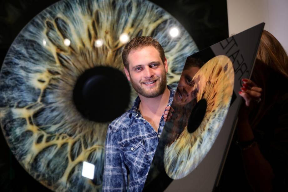 Dithyrambique, Morgan Heno explique sa technique à chaque passant dans sa petite boutique du Vieil-Antibes.