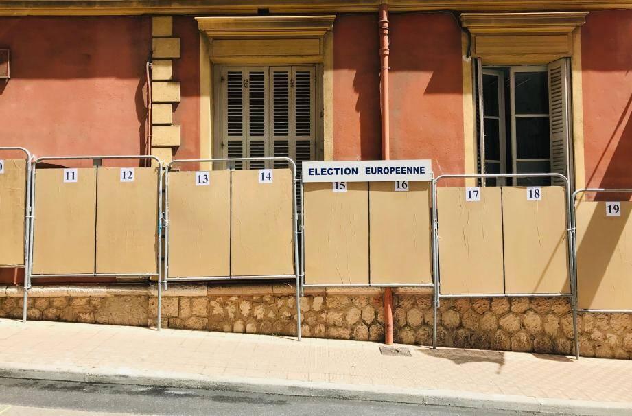 Contrairement à certains villages du Mentonnais, les panneaux électoraux ont tous été installés à lamairie de Menton.