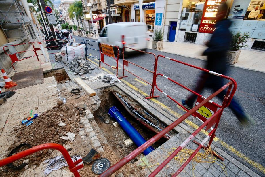La rupture de la canalisation d'eau a soulevé une portion de trottoir sur le boulevard de la République, à Beausoleil.
