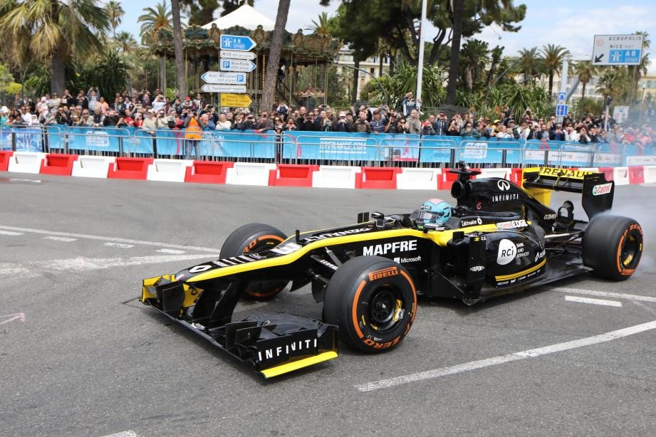 Foule et démo du pilote du team Renault Daniel Ricciardo : gros succès populaire du roadshow organisé pour promouvoir le Grand Prix de France.