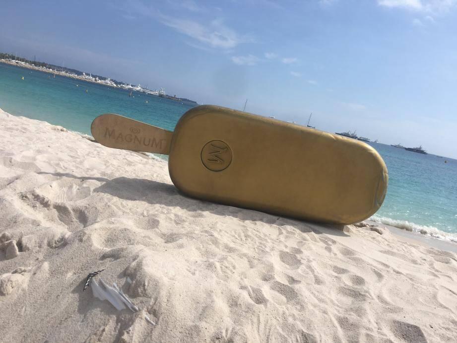 Le bâtonnet est de nouveau sur le sable de la Croisette, à sa place.