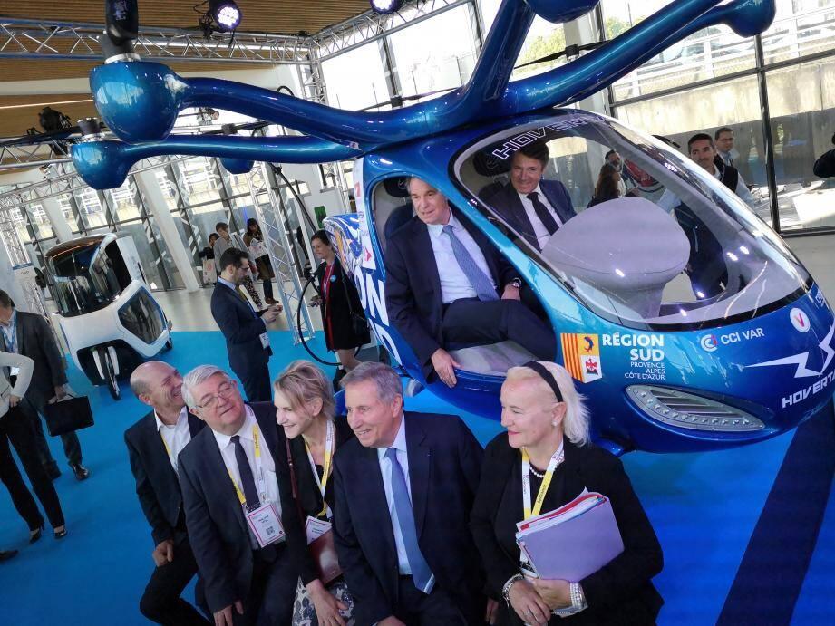Renaud Muselier, président de la région Sud et Christian Estrosi pour la Métropole NCA, ont pris place à bord de l'Hovertaxi, une nouvelle façon de se déplacer, à l'électrique et au même tarif qu'un taxi.