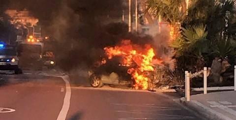 L'homme a réussi à s'extraire de son véhicule en feu.