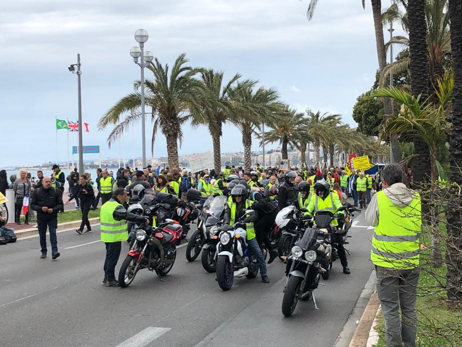 Ils sont ainsi une centaine à manifester dans le secteur avant Gambetta, sur la promenade des Anglais, dans le sens est-ouest, ce samedi après-midi.